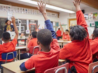 10 วิธีเพื่อรักษาความสนใจของนักเรียนในห้องเรียนไว้